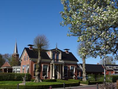 Mooie compositie van de fotograaf, dit fraaie woonhuis in Kantens met de kerktoren op de achtergrond (© Harry Perton/https://groninganus.wordpress.com)
