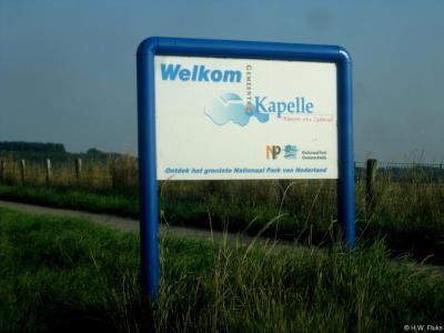 Kapelle is een dorp en gemeente in de provincie Zeeland, in de streek Zuid-Beveland. Met deze fraaie borden - dat mogen meer gemeenten doen! - word je welkom geheten in deze gemeente waarin o.a. een deel van het grootste Nationaal Park van Nederland ligt.