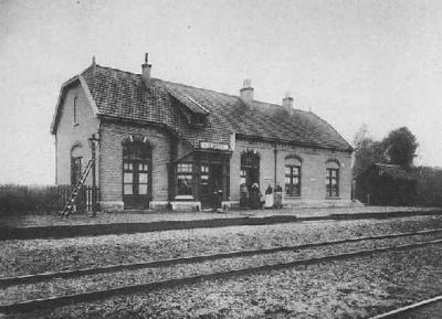 Station Liempde aan de spoorlijn Boxtel-Wesel bevond zich in de buurtschap Kasteren. Het stationsgebouw (hier op een foto uit 1920) is bewaard gebleven en is tegenwoordig een woonhuis.