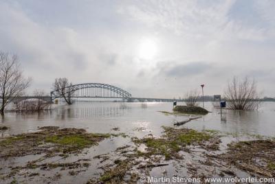 Buurtschap Spoolde, de Oude IJsselbrug die de Gelderse Zuiderzeestraatweg met Zwolle verbindt. Hoogwater in de IJssel.