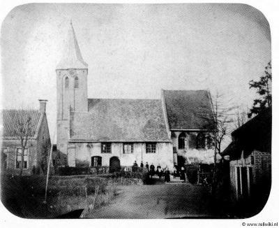 Kedichem, foto van de 15e-eeuwse kerk die in 1867 is afgebroken. Dit is een van de eerste foto's ooit, want de fotografie was in die tijd nog maar net uitgevonden...