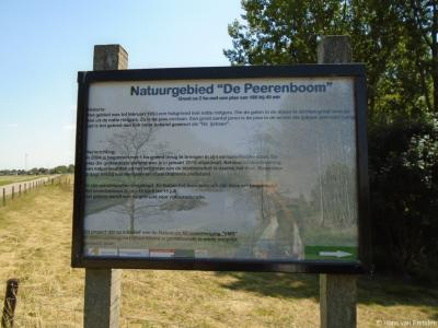 Op dit informatiepaneel kan de voorbijganger lezen hoe natuurgebied De IJsbaan (volgens VMB Hank) dan wel De Peerenboom (volgens het informatiepaneel) in buurtschap Keizersveer tot stand is gekomen. Voor nadere informatie zie het hoofdstuk Landschap etc.