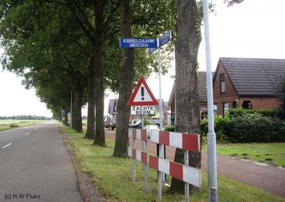 De buurtschap Kibbelgaarn heeft geen plaatsnaamborden. Je kunt slechts aan richtingborden in de omgeving zien waar je heen moet, maar ter plekke kun je dus niet zien dat je er bent aangekomen...
