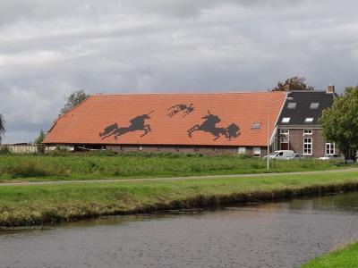 Voor het geval iemand zich afvraagt wat deze eenhoorns op dit enorme dak op de boerderij op Dorpsstraat 290 in Kiel-Windeweer te betekenen hebben; dit was Zorgboerderij De Eenhoorn. (© https://groninganus.wordpress.com/2020/09/12/rondje-gasselternijveen)