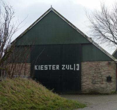 Buurtschap Kiesterzijl is ook nog te herkennen aan het levensgrote opschrift op de schuur van huisnummer 13. Voor bezoekers was het zeker lastig te vinden. Nu is het niet meer te missen! (© Acronius van der Zweep)