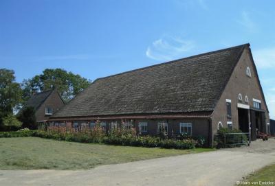 Het laatste pand van de aaneengesloten bebouwing van buurtschap Kievitswaard, gezien vanuit Werkendam, is deze knoeperd op huisnr. 46. Daarna is er een stuk verderop alleen nog het voormalige kerkje.