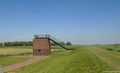 Vlak vóór buurtschap Kievitswaard, gezien vanuit Werkendam, is in het kader van de herinrichting van de Noordwaard dit uitzichtpunt gerealiseerd. Onder meer populair bij vogelspotters en -fotografen.