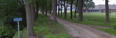 De buurtschap Kinderbos heeft geen plaatsnaamborden, zodat je slechts aan het gelijknamige straatnaambordje kunt zien dat je er bent aangekomen. De zandweg is de Jacob Reutenlaan, genoemd naar degene die in 1925 landgoed Kinderbos heeft gekocht. (© Google