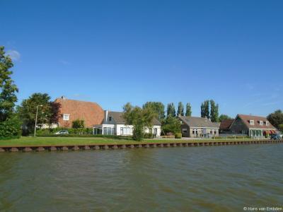 Zicht op buurtschap Kingmatille vanaf Fietspont Keimpetille in het Van Harinxmakanaal.