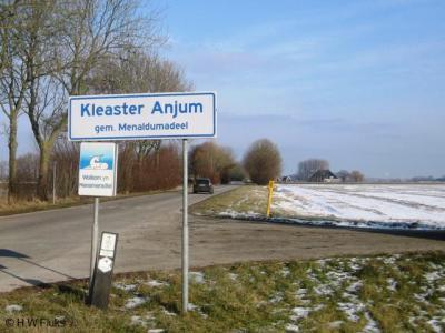 Het piepkleine Kleaster Anjum was tot 1963 formeel nog een dorp, en is sindsdien een buurtschap van het dorp Berltsum, gemeente Menameradiel. Gezien de langgerekte dunbebouwde lintbebouwing heeft het plaatsje geen 'bebouwde kom' en daarom witte borden.
