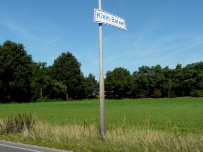 In 2016 krijgt de buurtschap Klein Borkel ook plaatsnaambordjes. Hopelijk een inhaalslag van de gemeente Valkenswaard, want in die gemeente ontbreken nog wel meer buurtschapsplaatsnaambordjes. Jammer dat men het koppelteken is vergeten... (© H.W. Fluks)