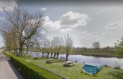 Buurtschap Klein Peursum bij Giessenburg had een mooi rustpunt voor fietsers en wandelaars, met picknickbankjes, folderkast, oplaadpunt voor e-bikes én een Minibieb. Helaas is het er niet meer omdat de ondernemer waar het van was, is verhuisd. (© Google)