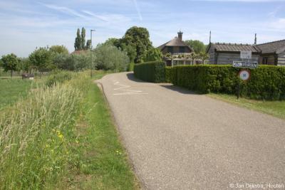 Het buurtje met een paar handenvol huizen in het N uiteinde van de Peursumseweg heeft zich uitgeroepen tot buurtschap Klein Peursum, met zelfvervaardigde plaatsnaamborden en een symbolische 30 km-zone om het verkeer tot voorzichtigheid te manen.