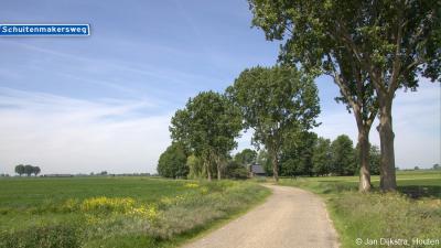 Vanuit Peursum ligt vlak voor de kern van Klein Peursum aan de linkerhand de Schuitenmakersweg, met 1 boerderij, die je ook nog tot de buurtschap zou kunnen rekenen.