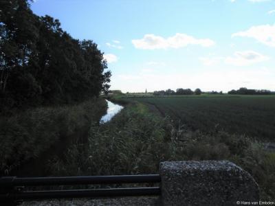 Vanaf deze brug in buurtschap Klooster-Lidlum zie je in de verte het dorp Tzummarum liggen.