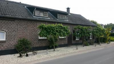 De buurtschap Knikkerdorp omvat een aantal moderne panden, maar ook nog enkele oude monumentale panden, waaronder deze aan de kruising met de Witveldweg