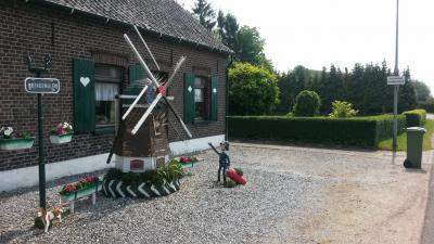 In de voortuin van Brandemolen 40 staat een fraai kunstwerk van een molen met daarbij een brandweerman met brandblusser. Vermoedelijk is hier niet echt een molen verbrand en is dit een kunstzinnige interpretatie van de straatnaam door de bewoner.