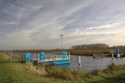 Dankzij het in 2012 gerealiseerde zelfbedieningsvoetveer bij de Joostendam, N van Kockengen, kun je daarvandaan nu naar het N doorlopen langs de waterloop Bijleveld naar de buurtschap Geer, Z van Wilnis. (© Jan Dijkstra, Houten)