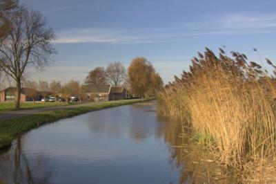 Rondom de dorpskern van Kockengen is het een en al waterrijk buitengebied met mooie boerderijen, zoals hier aan de Wagendijk langs de Bijleveld. (© Jan Dijkstra, Houten)