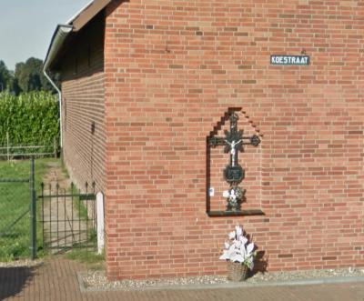 Koningsbosch, wegkruis in de gevel van het pand op Koestraat 21. Bij de bouw van deze gevel hebben ze al op een mooie, kunstzinnige manier een uitsparing gemaakt om het wegkruis in te kunnen plaatsen. (© Google StreetView)