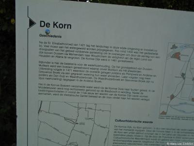 Hoe het zit met de Kornsedijk en de Kornse Boezem in en rond buurtschap Korn, kun je lezen op dit informatiepaneel en in het hoofdstuk Geschiedenis op deze pagina (die elkaar inhoudelijk aanvullen).