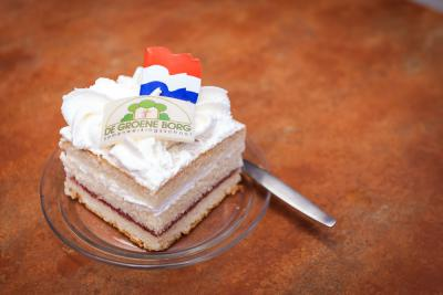 Samenwerkingsschool De Groene Borg in Kornhorn is in 2015 van start gegaan, en dat is gevierd met toepasselijke gebakjes
