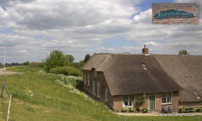 De zeer oude boerderij met de naam 'Kort aan den oever' aan de Kortenhoevendijk in buurtschap Kortenhoeven tussen Vianen en Lexmond