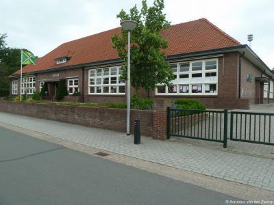 Openbare Basisschool Kotten in de gelijknamige buurtschap dateert uit 1933 en is een gemeentelijk monument.