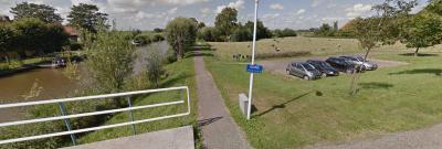 Als je van rust en ruimte houdt, lijkt dit ons een van de meest idyllische plekjes om te wonen; in buurtschap Kromwâl, huisnrs, 2-10, gelegen aan de Frjentsjerster Feart, alleen te bereiken over een doodlopend fietspaadje. (© Google)