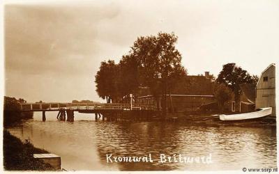 De scheepswerf van de fam. Van der Werf in de buurtschap Kromwâl, 1910-1920. De houten voetdraaibrug is dan nog maar net aangelegd. Voorheen was er alleen een 'overzet'. (schrijffoutje op de fotokaart: ook in die tijd heette het dorp gewoon Britswerd)