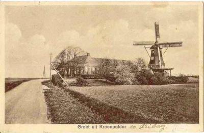 Kroonpolder is niet alleen een polder, maar ook een buurtschap. Er zijn diverse mooie ansichtkaarten bekend uit begin 20e eeuw met de tekst 'Groeten uit Kroonpolder' en een kenmerkend buurtschapsgezicht. Dit is er een van.