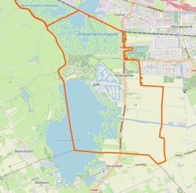 Kropswolde is een dorp bestaande uit een compacte lintbebouwing met villawijk Meerwijck W daarvan en buurtschap Wolfsbarge Z daarvan, en verder een omvangrijk buitengebied met o.a. een groot deel van het Zuidlaardermeer in het ZW. (©www.openstreetmap.org)