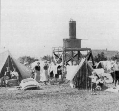 In de beginjaren of beter gezegd -decennia van Kruininger Gors is het nogal behelpen met de voorzieningen, want die zijn er vaak nog niet, en dus moet men zelf iets aanleggen of bouwen. Zo zijn de kampeerders trots op de zelfgebouwde watertoren.