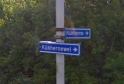 De buurtschap Kûkherne ligt rond een driegemeentepunt, zijnde nabij dit punt. Het straatnaambordje Kûkhernewei klopt niet, want hier heet de weg (op grondgebied van het dorp De Westereen) al Kûkhernsterwei... (© Google)