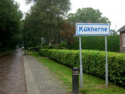 De buurtschap Kuikhorne heet tegenwoordig officieel Kûkherne (onder de gem. Tytsjerksteradiel sinds 1989, onder de gem. Dantumadiel sinds 2009). Toch is de Nederlandse variant ook nog altijd in gebruik, o.a. bij een lokale camping. (© H.W. Fluks)
