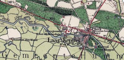 Op deze kaart uit ca. 1910 is goed te zien dat Kasteel Keppel en de oude dorpskern van Laag-Keppel op een eiland liggen tussen de Oude IJssel en een zijarm daarvan. De na WOII gebouwde dorpsuitbreidng ligt NW daarvan. (© www.kadaster.nl)