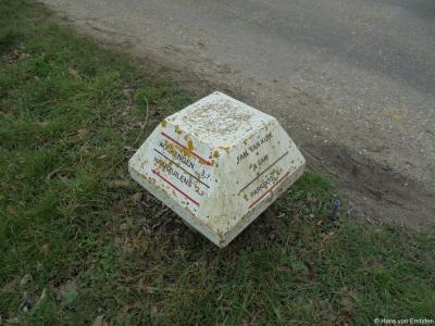 Creatieve uiting van de fam. Van Kuik op Laag-Nieuwkoop 18: zij hebben een 'ANWB-paddenstoel' gemaakt waarop zij hun eigen huis en andere objecten in de omgeving hebben aangegeven. Dat is weer eens wat anders dan alleen een saai naambordje.