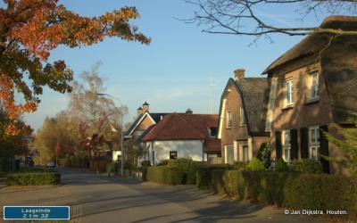 Laageinde, buurtschap van Geldermalsen. Het deel N van de spoorlijn naar Tiel.