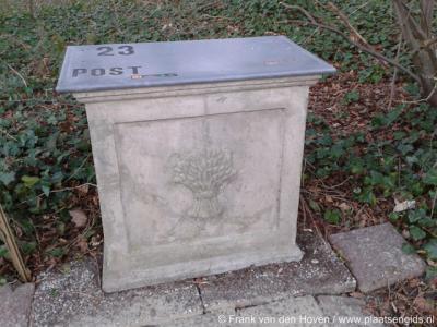 Laareind, monumentale oude brievenbus van huis Het Laar
