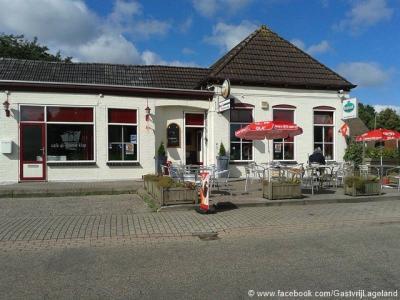 Lageland. De naam van café De IJzeren Klap verwijst naar de nabijgelegen ophaalbrug over het Slochterdiep.