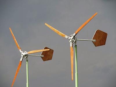 Lageland of Luddeweer, bescheiden windmolentjes bij een boerderij, kennelijk bestemd om energie voor de eigen behoefte op te wekken. (© Harry Perton)