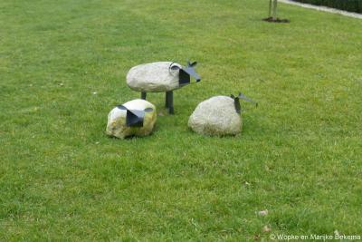 Het dorp Langbroek is niet alleen bekend om zijn prachtige boerderijen en kastelen aan de Langbroekerwetering, maar ook om zijn schapen en zijn jaarlijkse schapenmarkt. Vandaar dit toepasselijke schapenkunstwerk in een van de tuinen.
