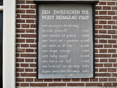 Langen / Zwiep, replica tarievenbord aan het voormalige tolhuis.