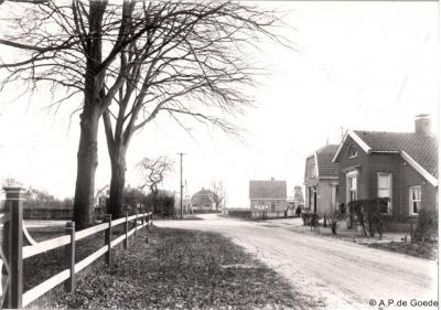 Langen was niet groot genoeg voor een eigen postkantoor, maar kreeg in 1862 wel een brievenbus, dat hadden toch ook niet alle buurtschappen. Op de foto uit ca. 1930 het tolhuis met brievenbus. Op de foto hierboven zie je de huidige brievenbus.