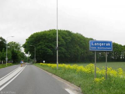 Buurtschap Langerak bij Doetinchem is, in tegenstelling tot de meeste andere buurtschappen in ons land, groot en dichtbebouwd genoeg voor een 'bebouwde kom', en heeft daarom blauwe plaatsnaamborden i.p.v. witte. Zie verder het hoofdstuk Links.