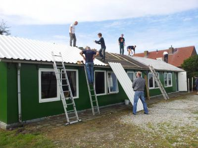 In 1986 hebben de inwoners van buurtschap Langstraat met veel zelfwerkzaamheid hun buurthuis De Keet gerealiseerd. En die zelfwerkzaamheid is er nog altijd; in 2013 heeft een aantal mannen met 'twee rechterhanden' het dak van De Keet vernieuwd.