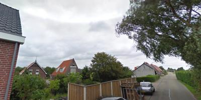Door buurtschap Langstraat moet (en mag je sowieso) niet te hard rijden (30 km-zone), en je moet al helemaal rustig aan doen als je de kerk en pastorie wilt zien, want die liggen nogal verscholen, ver van de weg af, dus je bent er zo voorbij. (© Google)