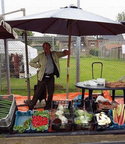 Tijdens de jaarlijkse rommelmarkt in Langstraat kun je niet alleen tweedehands spullen kopen, maar ook lekkere verse groente van - en gesponsord door - de lokale landbouwers, zoals tomaten, sla, komkommers, radijs en witlof.