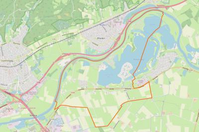 Actuele kaart van het grondgebied van Lathum (= binnen de oranje lijn). Een deel van de afgesneden IJsselmeander (waarvoor zie het hoofdstuk Landschap etc.) is nog te herkennen. De IJssel is doorgetrokken vlak onder Rheden langs. (© www.openstreetmap.org)