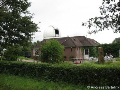 Lattrop, Cosmos Sterrenwacht aan de Frensdorferweg. Rechtsvoor is nog een deel van de sterrentuin te zien, een ontwerp van Bas Slatman († 16-08-2010).